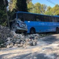 Lecce,  bus di linea contro un muretto a causa di un malore dell'autista: