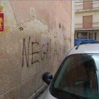 Canosa di Puglia, scrive scritte razziste con una bomboletta spray: denunciato