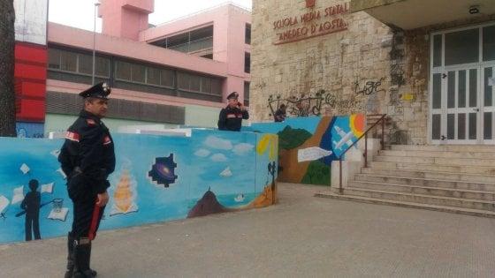 Accoltellato davanti alla scuola media: Bari, un giovane gravissimo