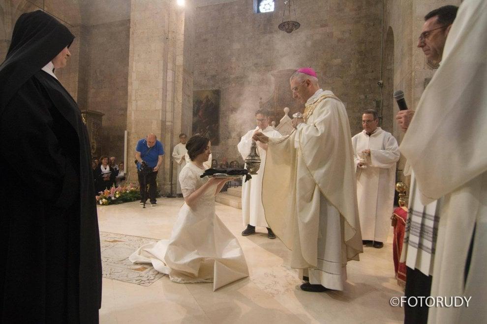 Barletta, il padre la accompagna in abito da sposa all'altare: 27enne diventa suora di clausura