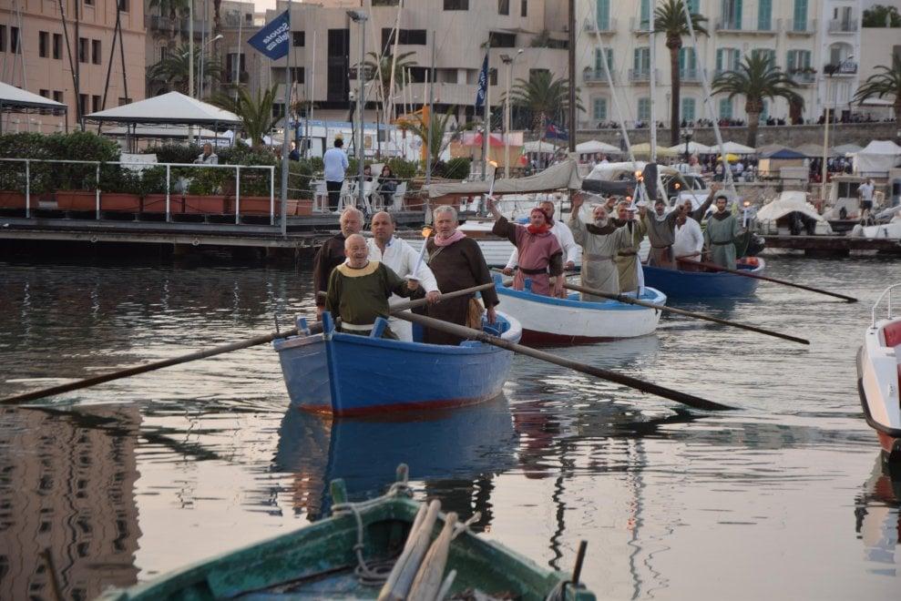 Bari, le reliquie di san Nicola arrivano dal mare: la rievocazione dell'impresa dei 62 marinai