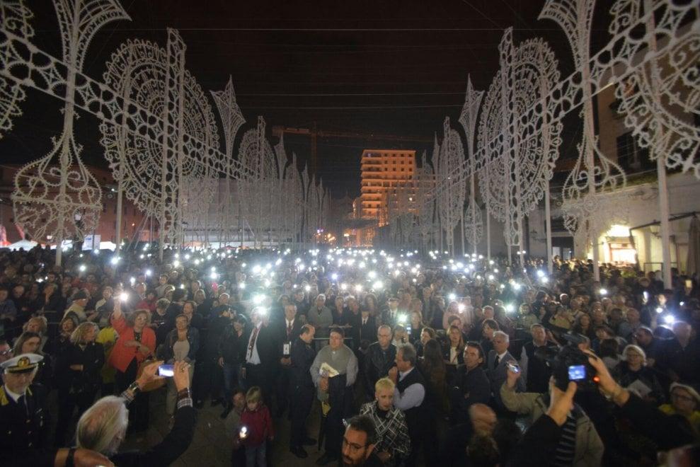 Bari, black out alla festa di San Nicola: luminarie in tilt. La piazza illuminata dagli smartphone