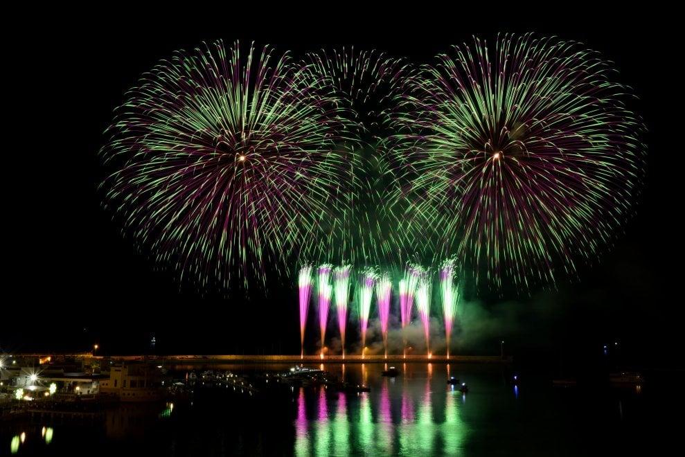 Bari, lo spettacolo dei fuochi d'artificio sul lungomare