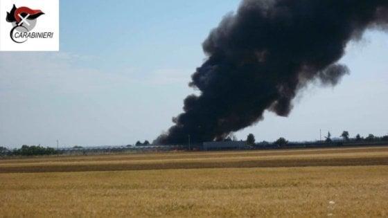 Foggia, la plastica della raccolta differenziata incendiata in campagna: 3 arresti