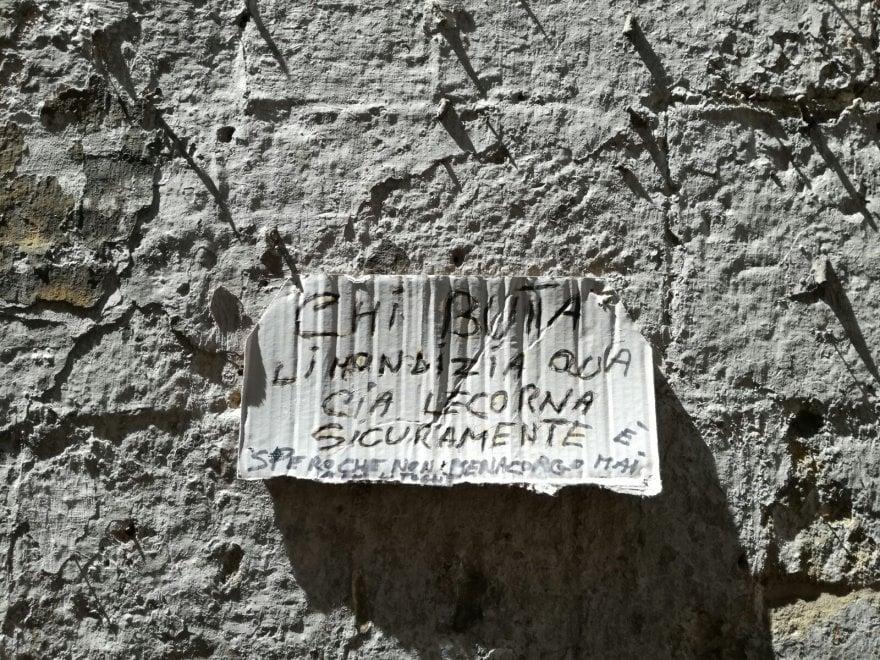 Bari vecchia, cartelli minatori contro chi butta i rifiuti per strada