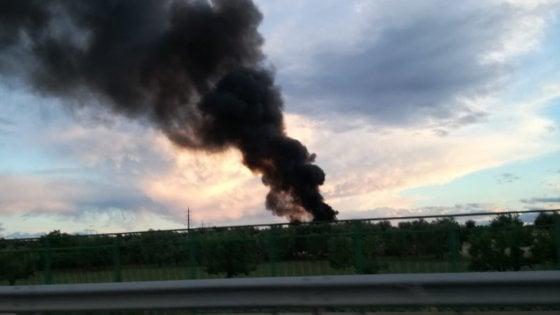 """Bari, in fumo una discarica abusiva vicino al San Nicola: """"Non sarà una nuova Terra dei fuochi"""""""