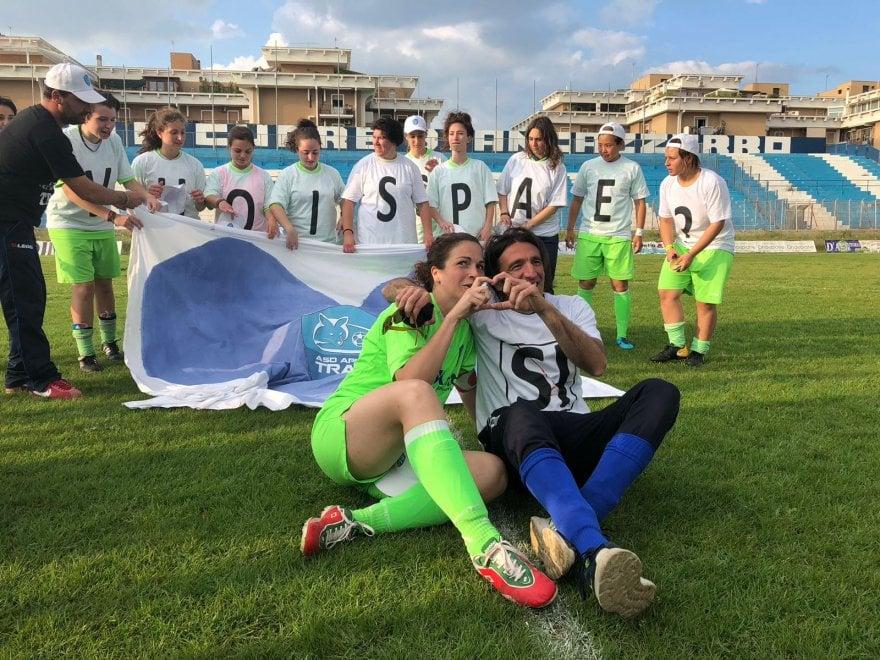 L'allenatore e il capitano, proposta di matrimonio è sul campo di calcio