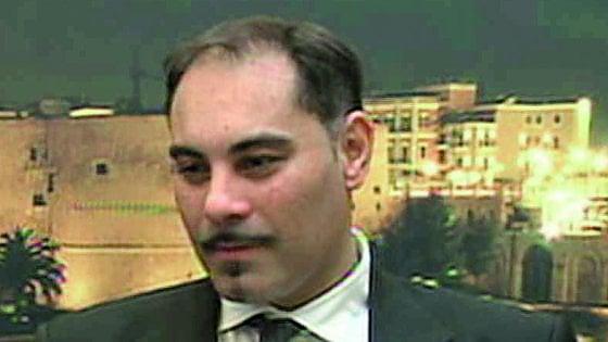 Taranto, il sindaco Rinaldo Melucci inseguito dai manifestanti dopo la morte dell'operaio Ilva