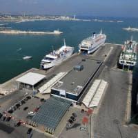 Bari, si assentavano dal porto per essere al servizio del clan: 10 dipendenti