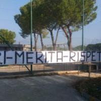 Bari, striscioni di protesta davanti allo stadio dopo la penalizzazione della squadra di Giancaspro
