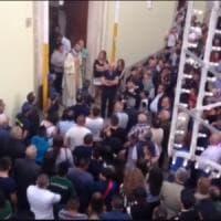 Apricena, vietano i fuochi pirotecnici e un gruppo di fedeli blocca la processione: