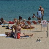 Bari, divieto di balneazione a Pane e pomodoro: ma la spiaggia è piena di bagnanti