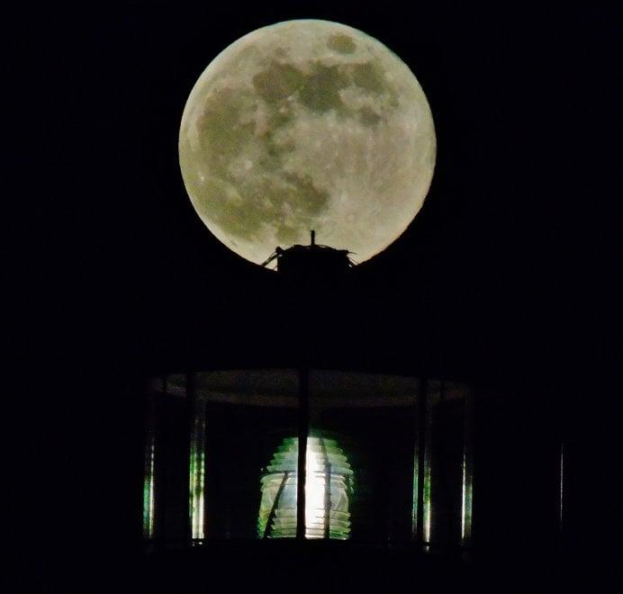 Lecce, la luna piena splende sul molo Adriano