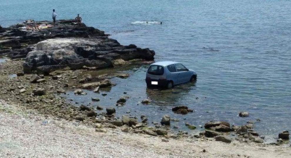 Manfredonia, c'è un'auto in mare fra i bagnanti