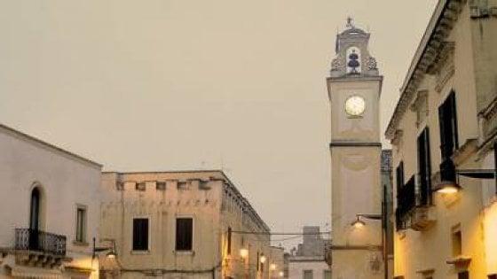 Leverano, l'orologiaio va in pensione: il sindaco ogni giorno sulla torre per l'ora esatta
