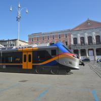 Bari, c'è un treno parcheggiato in piazza Prefettura. Ed è polemica