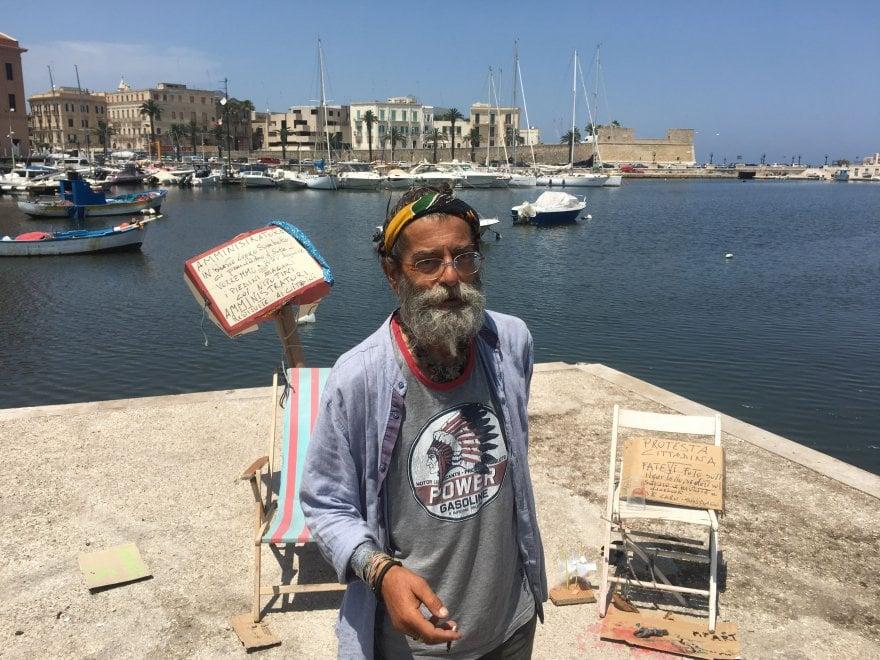 Mare sporco a Bari: la protesta d'artista è sulla sdraio