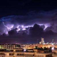 Barletta, i fulmini squarciano lo skyline della città durante il temporale