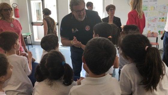 Bari, gli studenti delle elementari a scuola di raccolta differenziata trasformano rifiuti in arte