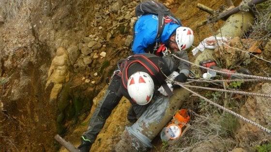 Taranto, tecnici scalatori di Acquedotto pugliese riparano la condotta su parete rocciosa
