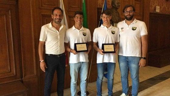 """Bari, al Comune premiati i fratelli de Tullio campioni di nuoto: """"Successi grandi come i loro sacrifici"""""""