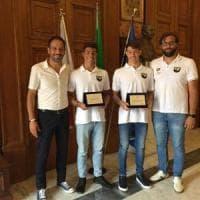 Bari, al Comune premiati i fratelli de Tullio campioni di nuoto: