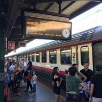 Bari, treni in ritardo e disagi per i pendolari: un uomo camminava lungo i binari