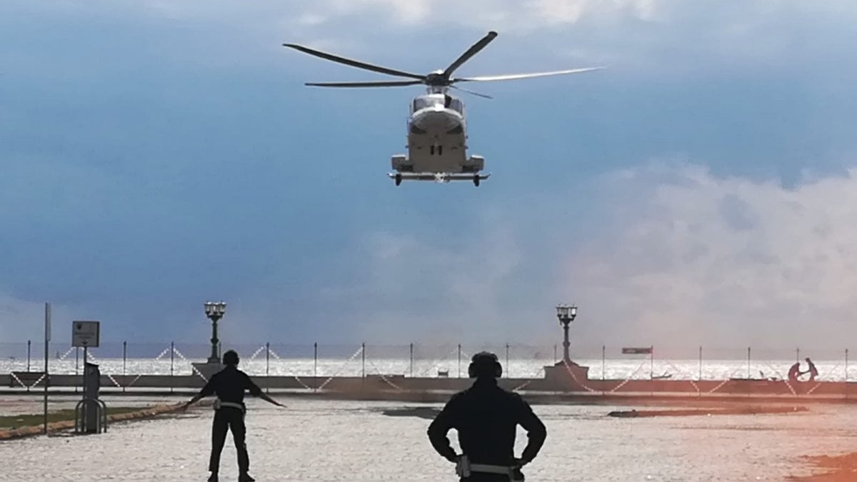L Elicottero Del Papa : Bari prove d atterraggio davanti al porto per l