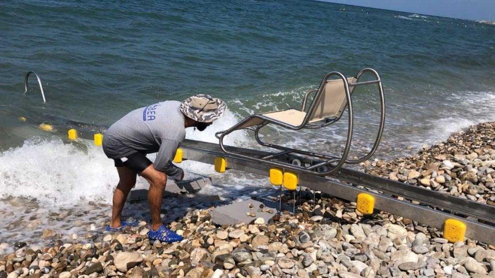 Bari, testata la passerella in mare: così i disabili fanno il bagno da soli