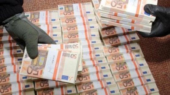 Taranto, zecca clandestina in un casolare: scoperte 50 euro false per 8 milioni