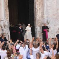 Papa Francesco a Bari, l'abbraccio con i Patriarchi per la pace in Medio Oriente