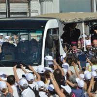 Bari, Papa Francesco sul bus scoperto con i Patriarchi