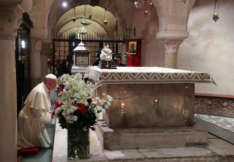 Papa Francesco in preghiera nella cripta di San Nicola