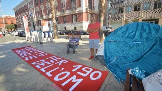 Bari, gli operai Om avviano lo sciopero della fame e montano una tenda davanti alla Prefettura