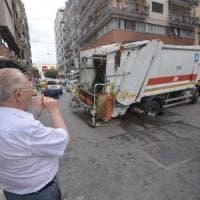 Bari, due voragini nell'asfalto in pieno centro, un mezzo Amiu resta bloccato