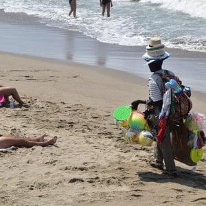Circolare Salvini, l'Arci di Lecce difende gratis gli ambulanti e i clienti multati in spiaggia