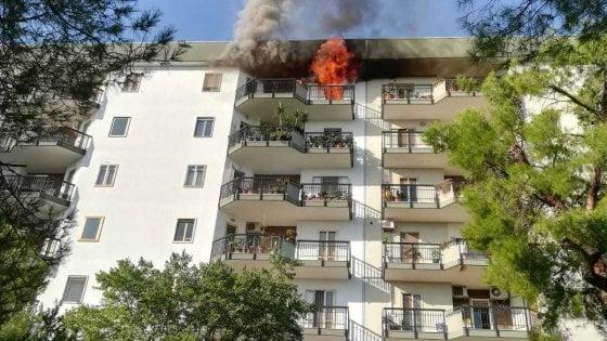 Bari, scoppia un incendio all'ultimo piano di un palazzo: donna soccorsa dal balcone