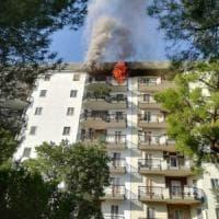 Bari, scoppia un incendio all'ultimo piano di un palazzo: donna soccorsa