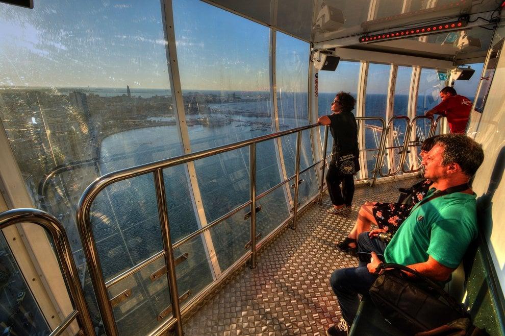 La torre panoramica debutta sul lungomare di Bari: un volo di 75 metri