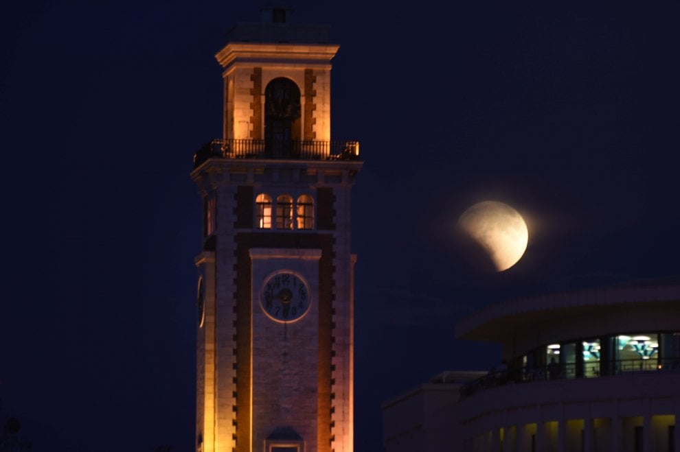 Dal lungomare di Bari al Salento, ecco lo spettacolo rosso dell'eclissi di luna