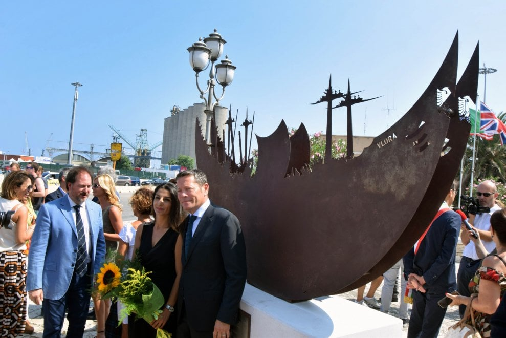 Bari, al porto una scultura ricorda lo sbarco della Vlora