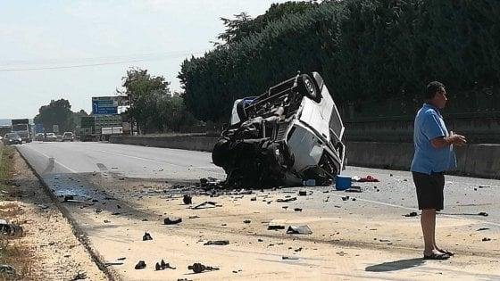 Foggia, scontro frontale tra un furgone e un Tir carico di farinacei: morti dodici migranti