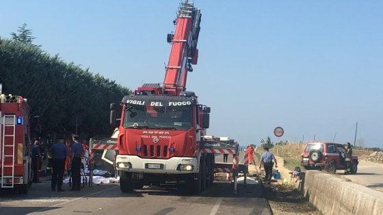 """Strage dei braccianti, parlano i soccorritori: """"Il furgone ha sbandato prima dello schianto"""""""