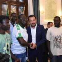 Strage dei braccianti, il premier Conte a Foggia. Salvini ai migranti: