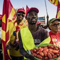Caporalato, a Foggia la marcia dei berretti rossi:
