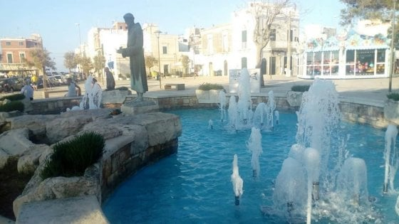 """Bari, la fontana di Santo Spirito vandalizzata dopo il restyling. Decaro: """"Non ci arrendiamo"""""""