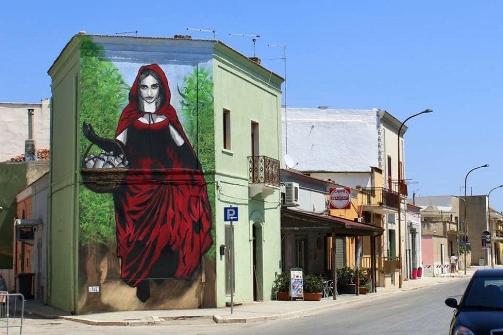 Il murale di Stornara, Cappuccetto Rosso regala bombolette spray