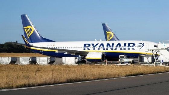 """""""Passeggeri chiusi per 3 ore sull'aereo Ryanair fermo a Brindisi"""": malori e proteste"""