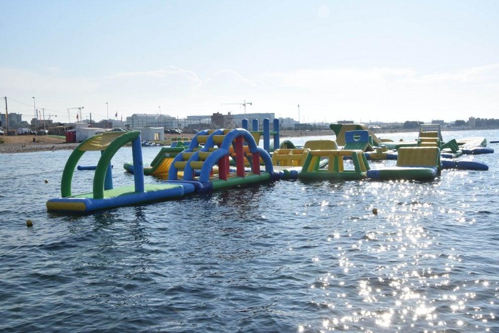 Bari, in mare c'è un parco divertimenti galleggiante