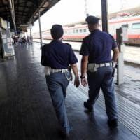 Bari, controlli in stazione con cani antidroga e metal detector: controllate 600 persone